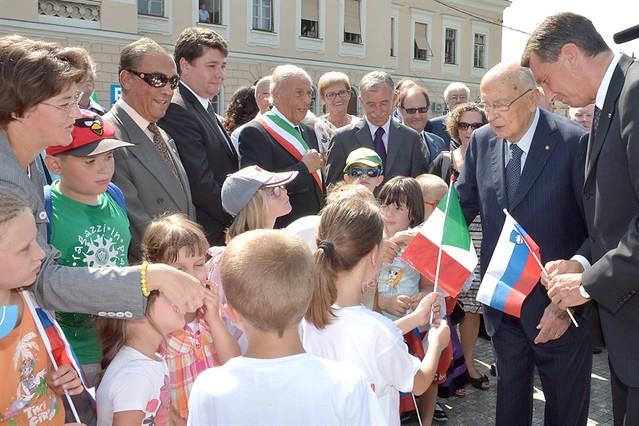Il Presidente Giorgio Napolitano e il Presidente della Repubblica di Slovenia Borut Pahor salutano i bambini in Piazza Europa a Nova Gorica