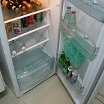 Nada de minibar: a cozinha conta com uma geladeira de tamanho doméstico