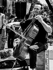 Nadie me hace caso! (juancarlos_duende73) Tags: barcelona plaza espaa blancoynegro retrato bn retratos musica chello catalua roja callejero violonchello canong12