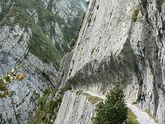 Chemin de la Mature (Valle d'Aspe) Tags: montagne falaise chemin pyrnes escalade randonne gr10 barn etsaut valleedaspe mture fortduportalet randonnepyrnes officedetourismevalleedaspe