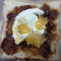 เมนูเย็นนี้  ขนมปังราดน้ำจิ้มสุกี้  โรยหน้าด้วยไข่อบ  อร่อยดีเหมือนกันนะ