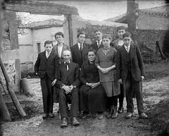 Famille (Cletus Awreetus) Tags: famille bw plaque vintage photographie femme nb extérieur porche ferme homme plaquedeverre photographieancienne