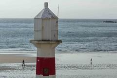 The chase (Adri Cuesta) Tags: uk sea lighthouse man beach port adri children de landscape faro mar child erin united kingdom playa paisaje chase adrian isle isla reino unido cuesta calcerrada