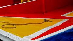 EL ABUELO DEJÓ EL CABO SUELTO, YA NO ATA NI DESATA. (FOTOS PARA PASAR EL RATO) Tags: white blanco blue red yellow amarillo cdmx xochimilcocdmx trajinera lancha azul barco rojo