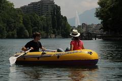 Schlauchboot ( Gummiboot ) auf der Rhne ( Fluss - River ) unterhalb von Genf mit dem Jet d`eau ( Springbrunnen ) im Hintergrund im Kanton Genf - Genve in der Schweiz (chrchr_75) Tags: chriguhurnibluemailch christoph hurni schweiz suisse switzerland svizzera suissa swiss chrchr chrchr75 chrigu chriguhurni hurni140603 juni 2014 albumrhone rhone rhne fluss river wasser water gummiboot gummiboote schlauchboot boot jolle dinghy boat jolla canot  sloep bote schlauchboote albumschlauchbootegummibooteunterwegsinderschweiz 1406 juni2014 albumrhne albumrhneflussriver