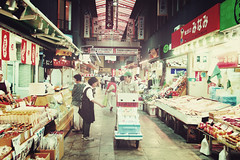 金沢市 Kanazawa + Market | Japan, July 2014 (Sebastien BERTRAND) Tags: japan canon market streetphotography streetphoto marché japon kanazawa photoderue eos40d 金沢市 canon40d fotomato sebfotomato sébastienbertrand sebastienbertrand