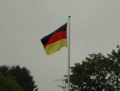 Sie flattert im Regen (Gnter Hentschel) Tags: rot germany deutschland nikon europa wm gelb grn garten fahne schwarz regen regentag fusball fahnenstange d40 deutschlandflagge nikond40 fusballwminbrasilien