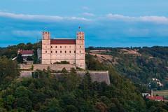 Blick auf die Willibaldsburg in Eichsttt zur blauen Stunde (Kretzsche93) Tags: summer sun castle canon germany bayern deutschland bavaria eos evening die oberbayern von der auf blick burg altmhltal eichsttt altmhl blaue stunde 70d schnblickkurve willibalsburg