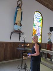 Kaarsje opsteken in het kerkje