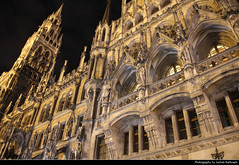 Neues Rathaus @ Night, Munich, Germany (JH_1982) Tags: neues rathaus münchener münchner cityhall city hall townhall town marienplatz landmark building historic architecture architektur historisch neogothik neogothic neo gothik gothic georg hauberrisser new government council mayor revival style tower turm facade fassade nouvel hôtel ville nuevo ayuntamiento 慕尼黑新市政厅 новая ратуша münchen munich múnich monaco di baviera 慕尼黑 ミュンヘン 뮌헨 мюнхен bavaria bayern germany deutschland alemania allemagne germania 德国 ドイツ германия nacht night nuit noche notte 晚上 夜 ночь lights lichter licht light