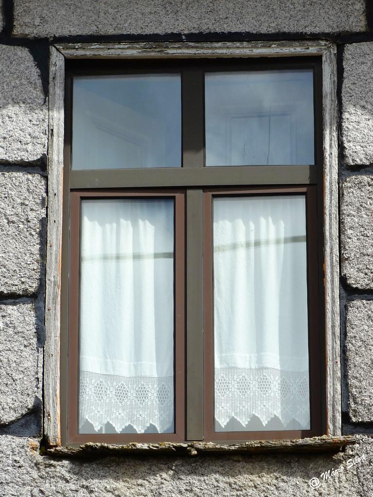 Águas Frias (Chaves) - ... uma janela portuguesa com a sua cortina rendada...