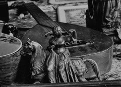 Antikflohmarkt Regensburg (One-Basic-Of-Art) Tags: black white schwarz weis weiss grau gris grey gray monochrom monochrome antik old antikflohmarkt flohmarkt ratisbona regensburg bavaria bayern altes annewoyand woyand anne 1basicofart onebasicofart canon einfarbig