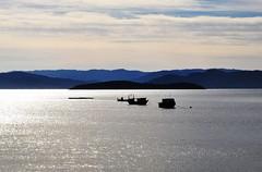 um LUGAR tranquilo... (Ruby Ferreira ®) Tags: boats bay barcos silhouettes hills layers montanhas silhuetas silverwater florianópolissc