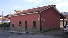 034 (Jusotil_1943) Tags: dosaguas caseta tejado fences cables fachada rosa claraboyas