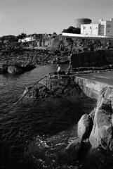 FF-986 (lumpy!) Tags: streetphotography people street leica film trix blackandwhite monochrome dublin ireland fortyfoot swim sea water
