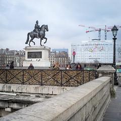 Sous le regard du groom (2D110) Tags: street ville cadenas gens leica paris