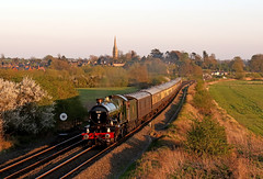 Golden light at Kings Sutton (Andrew Edkins) Tags: greatwestern 5043 earlofmountedgcumbe castleclass kingssutton churchspire northamptonshire england uksteam mainlinesteam sunset railwayphotography geotagged steamtrain canon vintagetrains 460 trees golden light trip travel excursion charter railtour