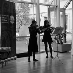 P1160284 (stadtbuecherei.wuerzburg) Tags: 70jahrehochschulefürmusikwürzburg bauwerke bibliotheken deutschland kimseyoung leute orte stadtbüchereiwürzburg violine würzburg zhoutongtong