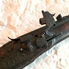 Gun, detail (Églantine) Tags: bunrattycastle gun metal detailing irlande ireland intricate ornate craftmanship wood
