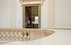 Zieh an der Tür (juergen_gryska) Tags: braunschweig architektur innenraum mensch verschwommen unscharf