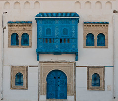 Dans la médina (Pascale Jaquet & Olivier Noaillon) Tags: façade bleu moucharabieh porte kairouan gouvernoratdekairouan tunisie tn