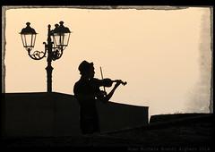 (Gian Michele Brandi) Tags: sardegna strada controluce artista musicista alghero violinista gianmichelebrandi