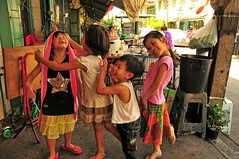 Thai kids Bangkok (aniagett) Tags: street food smile kids thailand asia southeastasia play bangkok thai dining local oriental nikond300