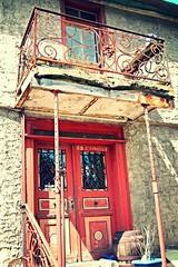 support (Blick-licht (Doris)) Tags: rot bayern balkon haus metall tr verlassen miltenberg altes gelnder unterfranken landkreis renovierungsbedrftig abgesttzt sttzbalken einsturzgefhrdet kleinheubach weinfas