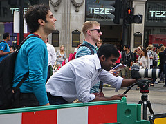 Indian Photographer (Kombizz) Tags: uk people london sunglasses photographer candid tripod dslr canondslr telezoom trafficbarrier 4640 tezenis indianphotographer kombizz nostrap nocamerastrap