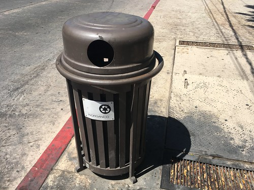 Trash can with top for recycling
