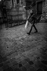 Le pas pressé 2 (Olivier DESMET) Tags: candid lesgens noirblanc street monochrome olivierdesmet nb blackandwhite bw streetphoto photosderue pavés ricohgr ricoh gr 28mm