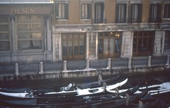 Gondola parking (rrodriguez16) Tags: rarb1950 analog film 35mm voigtländer bessamatic colorskopar 50mmf28 kodak kodachrome colorslides bar pub restaurante inn hosteria gondolas venecia venice italia italy
