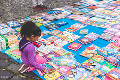 (RMLucas) Tags: street brazil sunlight color brasil canon eos 50mm book kid child curitiba rua livro criana parana bola livros cor 6d streetphotographer largodaordem fotgrafoderua rmlucas