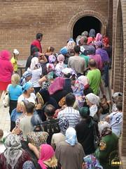 2. Ежедневная выдача продуктов беженцам возле склада келарни