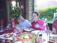 mot-2005-berny-riviere-152-girls-eating-pasta_800x600