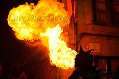 escupir fuego (Luis Diaz Devesa) Tags: espaa fire spain europa flames burning galicia galiza burn fuego boca pontevedra spitting antorcha surtidor gasolina pulmones combustible escupir antorchas spittingfire ignicin escupirfuego alcoholetlico luisdiazdevesa