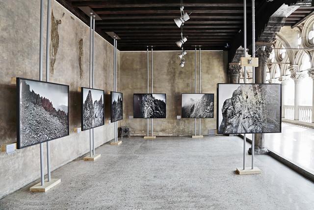 """Allestimento mostra """"Teatri di Guerra. Fotografie di Luca Campigotto""""_Venezia, Loggia Foscara di Palazzo Ducale"""