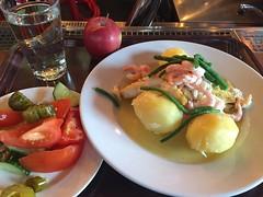 Lunch 29/3 (Atomeyes) Tags: mat kolja fisk potatis pepparrot kräm smör räkor sallad bönor vatten