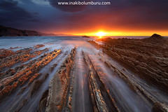 STONED LIGHT (Obikani) Tags: beach sunset sun clouds amazing beauty socks flysch geology water ocean sea seascape landscape nature shore shoreline line vanishing itzurun zumaia gipuzkoa euskadi euskalherria paísvasco canonikos