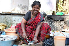 Cooking the cats' breakfast! (_Spoutnik) Tags: india fish market bombay mumbai poisson fishmarket inde fisherwomen lowerparel lowerpareleast