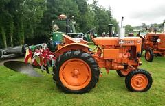 Tracteur Vendeuvre (gueguette80 ... non voyant pour une dure indte) Tags: old tractor cars autos 80 juillet tracteur voitures picardie 2014 somme anciennes anciens rassemblement vhicules pernois