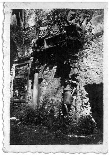 jedno z najciekawszych zdjęć. Młoda kobieta, na tle zrujnowanego zamku, nad nią zamkowy zabytkowy portal.