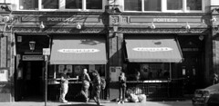 Londres bn_0003 (Joanbrebo) Tags: restaurant taberna tavern london streetscenes street carrers calles blancoynegro blackwhite gent gente people canoneos70d efs18135mmf3556is eosd autofocus lunaphoto