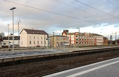 Bahnhof, Frankfurt-Höchst 2016 (Spiegelneuronen) Tags: frankfurtammain höchst bahnhof gleise bebauung