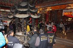 奉天宮搶頭香 Burn the first incense stick in Feng-tian Temple (Chi-Hung Lin) Tags: 2017 嘉義 台灣 taiwan chiayi 新港 廟 媽祖廟 奉天宮 temple 拜拜 宗教 信仰