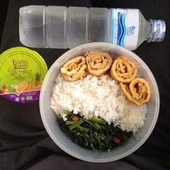 ผูกปิ่นโต ข้าวกล่อง เช้านี้ : ผัดผักบุ้ง ไข่เจียว น้ำส้ม และน้ำดื่มสิงห์ #singha #แฟนผมทำอะไรก็อร่อย #panida