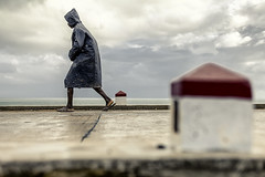 toujours marcher III (Narzouko) Tags: ocean voyage street travel blue red people 3 water rain canon rouge triangle eau cone streetphotography pluie bleu afrika canon50f14 50 rue madagascar gens afrique 5014 ocan saintemarie photoderue canon5dmkii 5d2 nzk narzouko