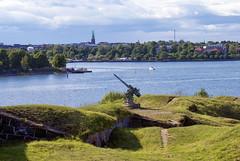 DSC02389 (Jori Samonen) Tags: sea church water grass buildings finland boat helsinki gun paths suomenlinna antiaircraft särkkä aagun länsimusta