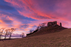Skelbo Castle Sunrise . (Gordie Broon.) Tags: skelbocastle ruin sunrise lochfleet sutherlandshire northeastscotland scottishhighlands paisaje landscape scotland schottland ecosse paysage alba caledonia embo dornoch golspie sealoch skelbo knockglass themound gordiebroonphotography szkocja scenery scozia scenic outdoor field colourful sky dawn northsea canon5dmklll canon1635f4l escocia geotagged winter 2017 trees