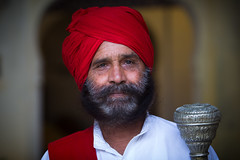 Inde: gardien d'hotel à Barli (Rajasthan). (claude gourlay) Tags: inde india asie asia claudegourlay portrait retrato ritratti ritratto face barli rajasthan turban